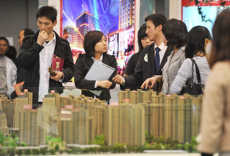 就地過年令大陸一二線城市樓市熱銷。(STR/AFP/Getty Images)