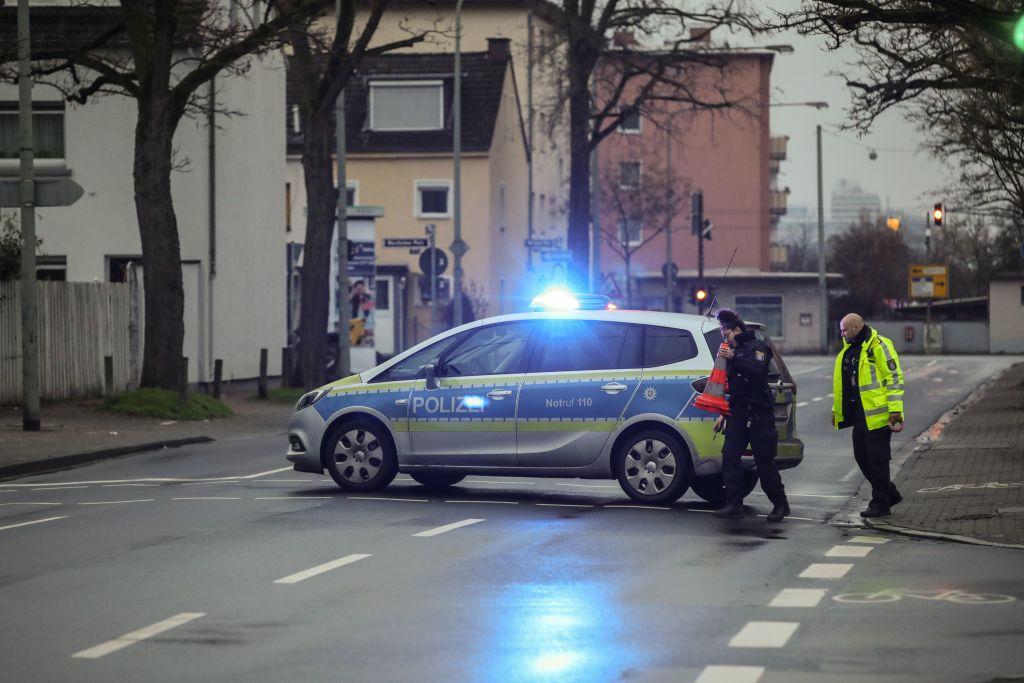 德國警方2020年12月9日突襲搜查位於法蘭克福的「偷渡公司」,疑犯落網。(ARMANDO BABANI/AFP via Getty Images)