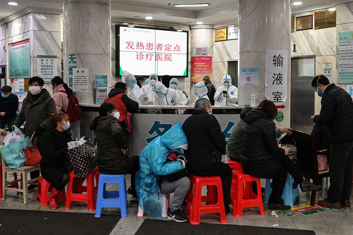 2020年1月24日,在武漢市紅十字會醫院,人們在排隊等待就診。(Photo by Hector RETAMAL / AFP)