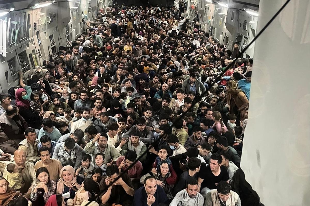 由美國空軍提供的C-17運輸機載640人的內部場景。(Photo by Capt. Chris Herbert / US Airforce / AFP)