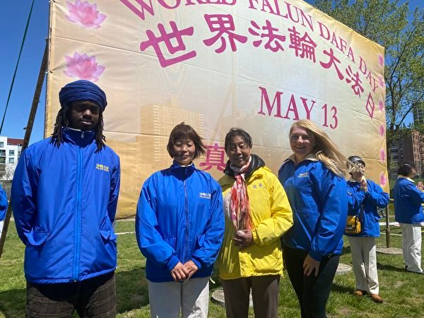 法輪大法中央公園煉功點學員,包括戴志珍、石文麗共同參加2021年5月1日舉辦的世界法輪大法日慶祝活動。(施萍/大紀元)