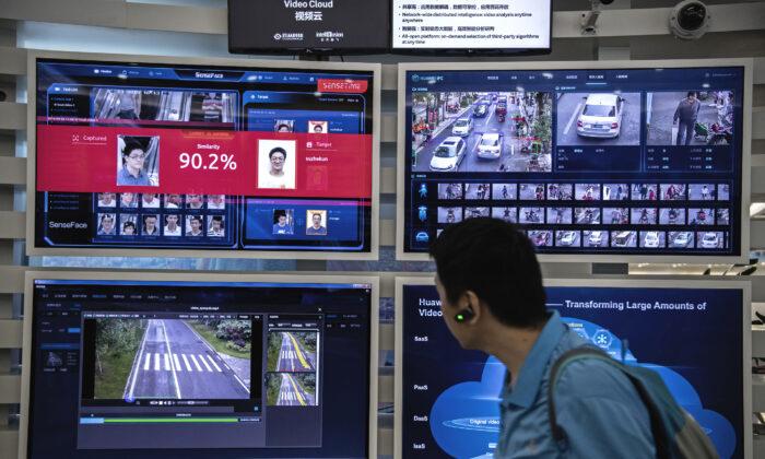2019年4月26日,在中國深圳華為阪田基地的顯示器上,可以看到面部識別和人工智慧的多幅畫面。(Kevin Frayer/Getty Images)