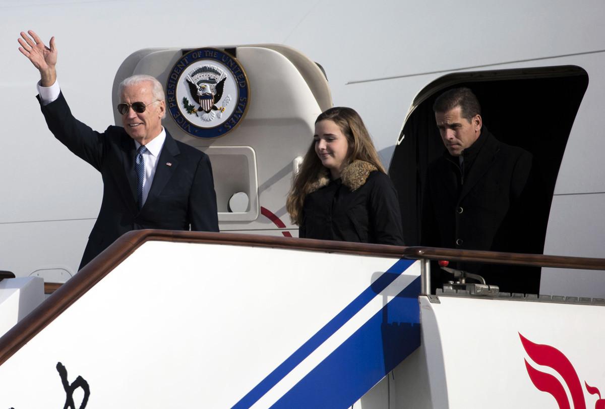 圖:中國北京,2013年12月4日,時任美國副總統喬・拜登和他的孫女菲尼根・拜登以及兒子亨特・拜登(右)走出空軍二號時向人們揮手致意。拜登此行是他為期一周的亞洲之行的第一站。(Ng Han Guan-Pool/Getty Images)