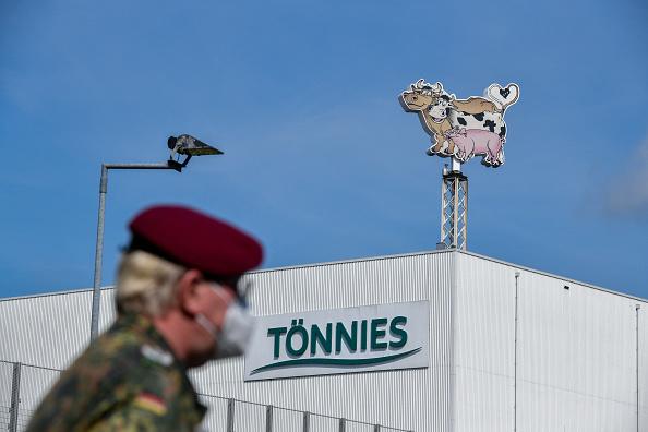 德國北威州Toennies肉類加工廠爆發群聚感染,截至6月19日已經有八百多人確診。圖為國防軍協助公司進行病毒測試。(Sascha Schuermann/Getty Images)