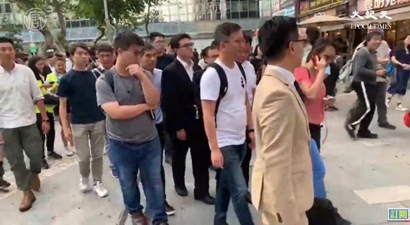 2019年11月25日下午,香港區議會選舉中當選的60位民主派人士,到百周年紀念公園集會,然後遊行到香港理工大學,聲援依然留守理大的學生。(大紀元影片截圖)