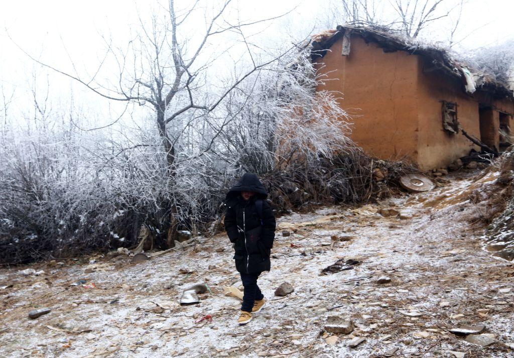 2018年1月12日,被稱為「冰霜男孩」的王福滿,正走在中國西南部雲南省魯甸縣的小路上。(AFP/Getty Images)