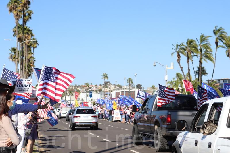 2020年11月14日,聖地牙哥縣民眾在縣政府大樓前舉行集會,響應全國各地支持特朗普、反對選舉舞弊的集會。(鄧舒語/大紀元)
