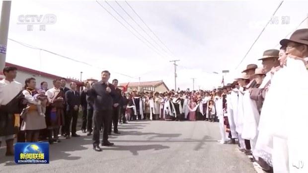 習近平造訪青海藏族自治州,當局製造「熱列觀迎」局面。(央視影片截圖)