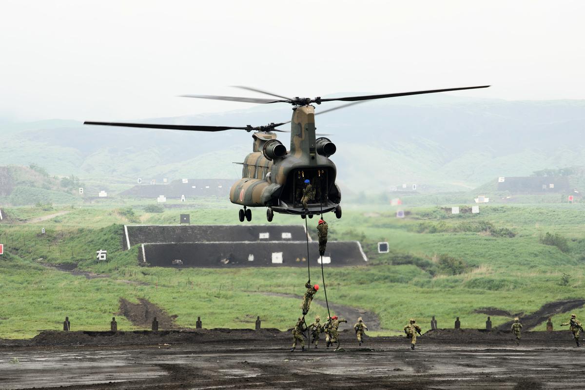 2021年5月22日,日本靜岡縣御殿場市,日本地面自衛隊(JGSDF)在東富士演習區(East Fuji Maneuver Area)舉行實彈演習,士兵使用繩索從一架CH-47J直升機垂降。(Akio Kon - Pool/Getty Images)