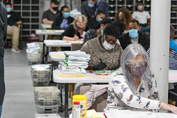 2020年11月16日,美國佐治亞州勞倫斯維爾(Lawrenceville),總統大選過後,格威內特縣(Gwinnett County)選舉工作人員重新點票。(Megan Varner/Getty Images)