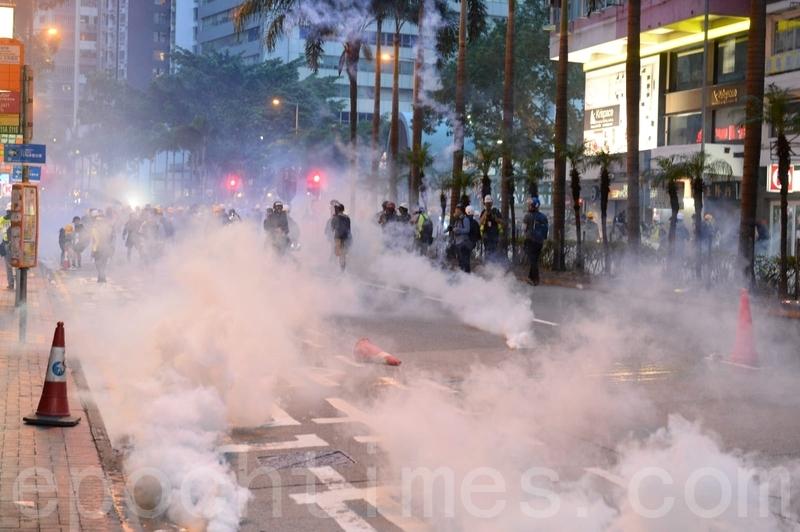 8月11日,香港警察灣仔發射多枚催淚彈後,現場煙霧瀰漫。(宋碧龍/大紀元)