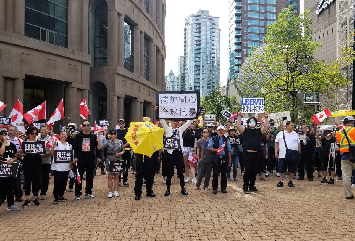 2019年香港街頭警方與抗議者之間的暴力衝突場面,加上中共政府隨後的強硬反應,加快了香港人做決定離開的速度。圖為加拿大溫哥華民眾支持香港人的反暴政遊行。(Getty Images)