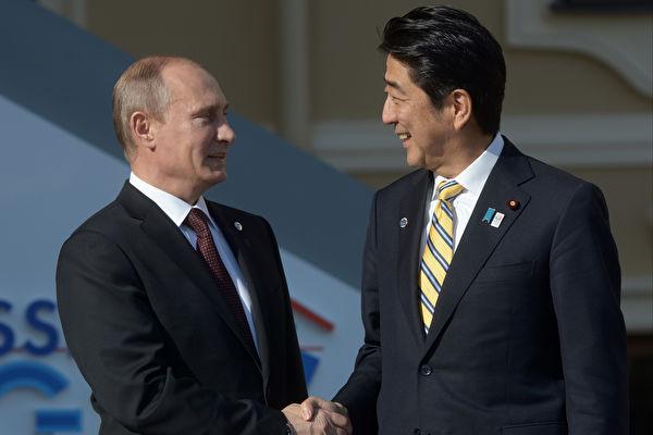 當地時間15日晚,日本首相安倍晉三與來訪的俄羅斯總統普京舉行高峰會。圖為安倍普京資料圖。(Guneev Sergey/Host Photo Agency via Getty Images)