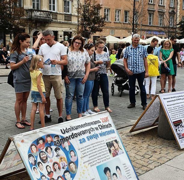 法輪功受邀參加華沙文化節 獲歡迎和支持