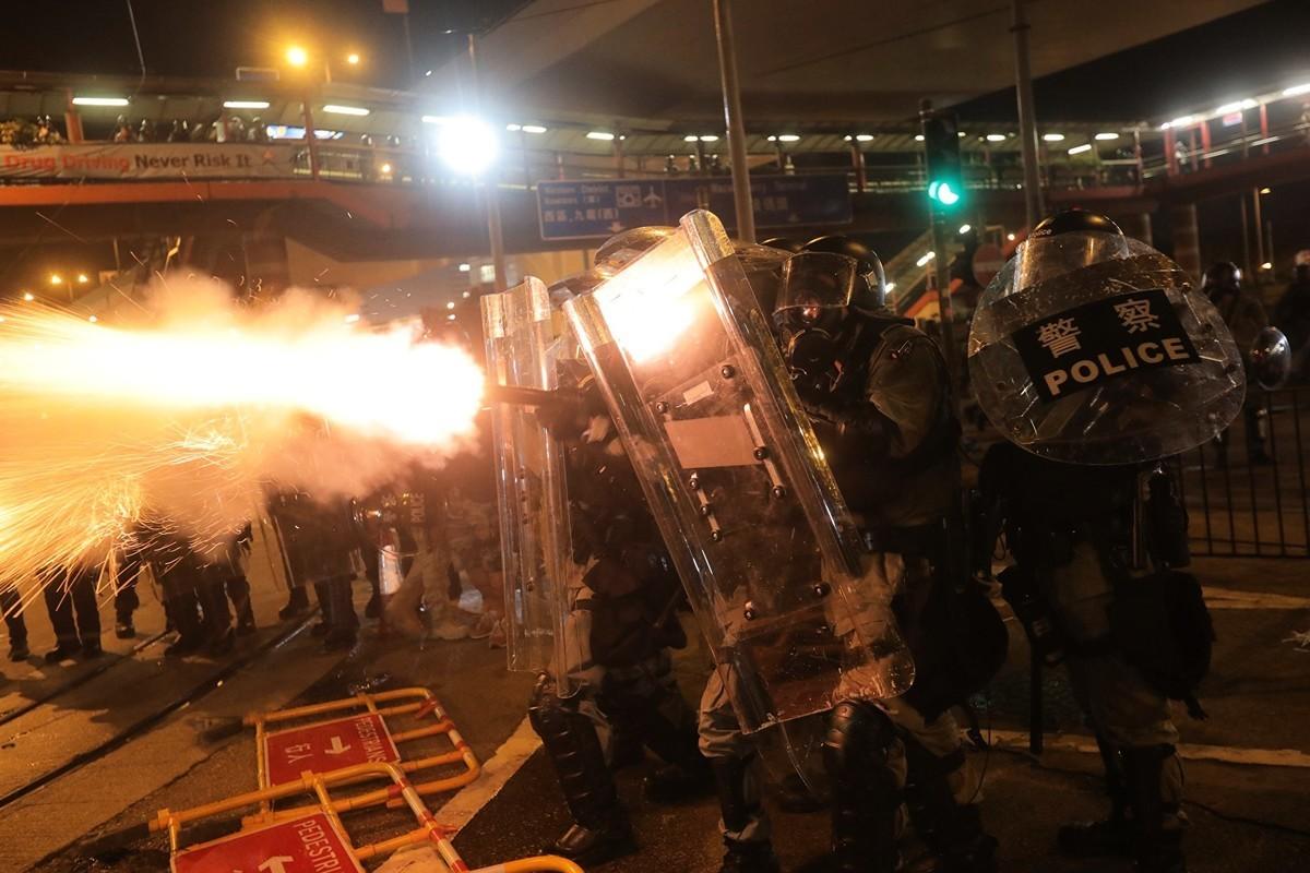 2019年7月28日,香港警察對抗議人士發射催淚彈。(VIVEK PRAKASH/AFP/Getty Images)