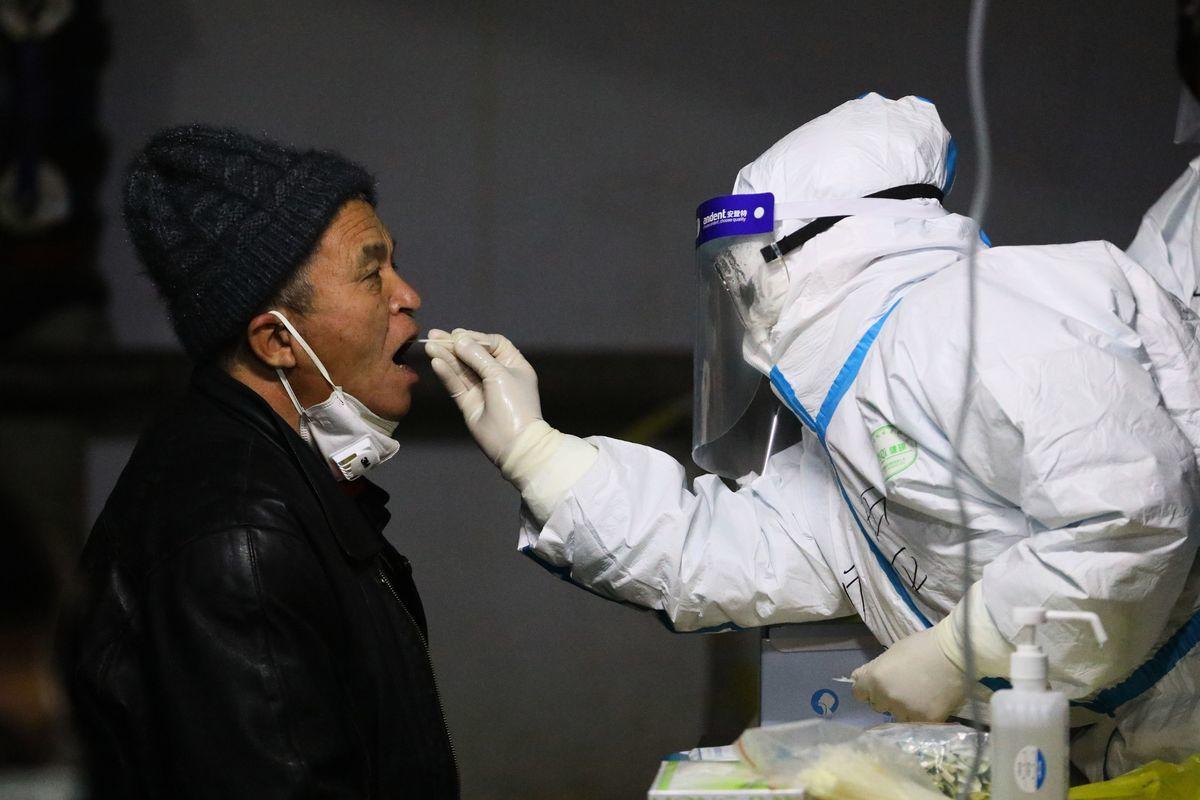 圖為2021年1月12日,一名石家莊市居民在接受中共病毒(武漢肺炎)檢測。(STR/AFP via Getty Images)