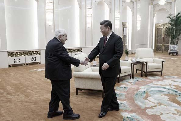 圖為中共總書記習近平在北京大會堂接見美國前國務卿基辛格。資料圖。 (Thomas Peter - Pool/Getty Images)