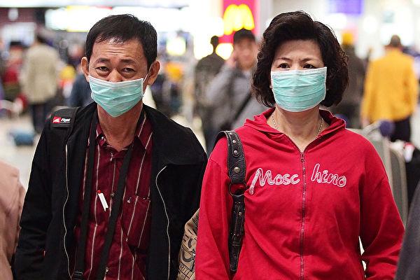 1月27日,中共肺炎疫情領導小組組長李克強到訪武漢疫區。圖為機場的旅客。 (Matt King/Getty Images)