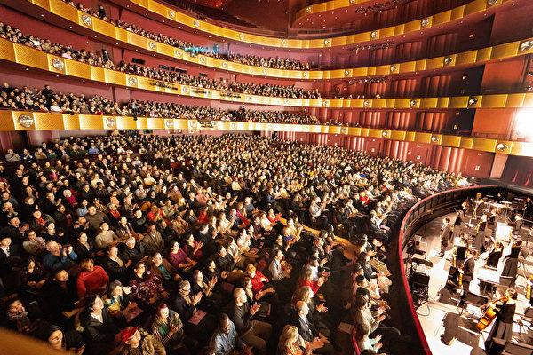 2019年3月6日晚,神韻紐約藝術團在林肯中心大衛寇克劇院演出,全場門票銷售一空,締造爆滿加座盛況。(戴兵/大紀元)
