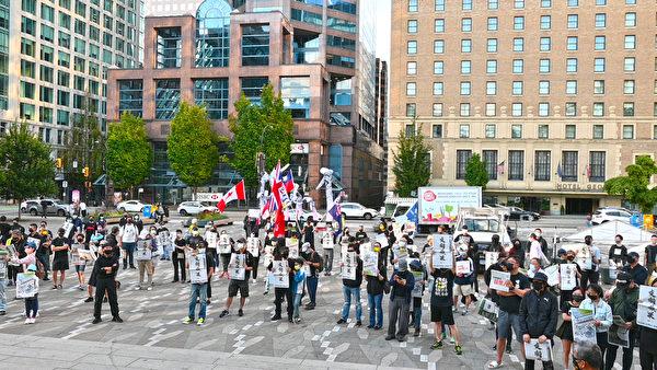 2021年7月21日晚上,溫哥華藝術館北邊,市民高喊「光復香港,時代革命」、「五大訴求,缺一不可」、「天滅中共」等口號。(邱晨/大紀元)