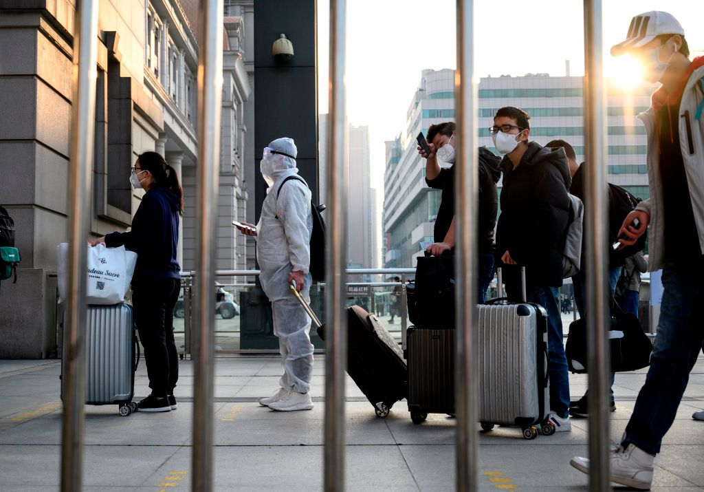 2020年4月8日,武漢解封。圖為市民在漢口火車站外等待出城。(Photo by NOEL CELIS/AFP via Getty Images)
