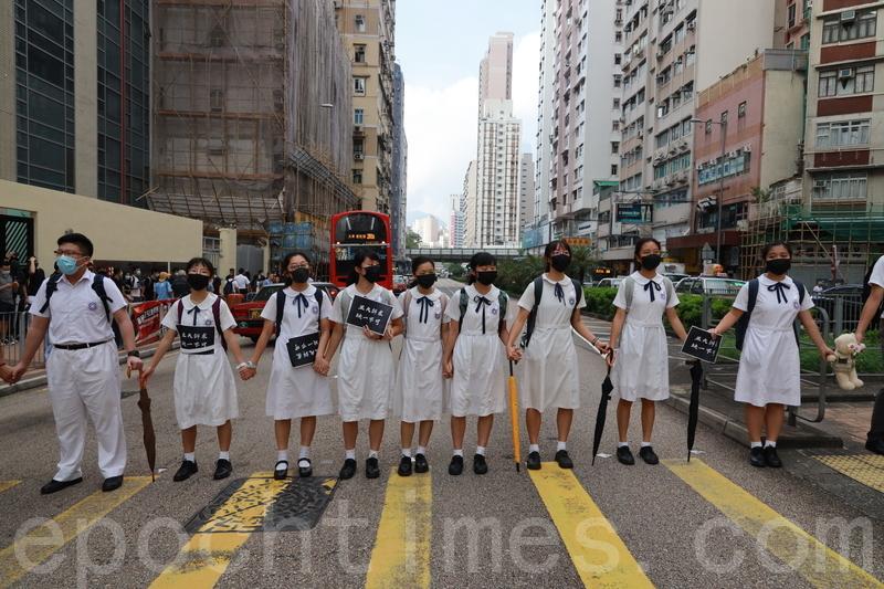 此前,何文田區多間學校的學生參與Homantin way聯校人鏈。(王偉明/大紀元)