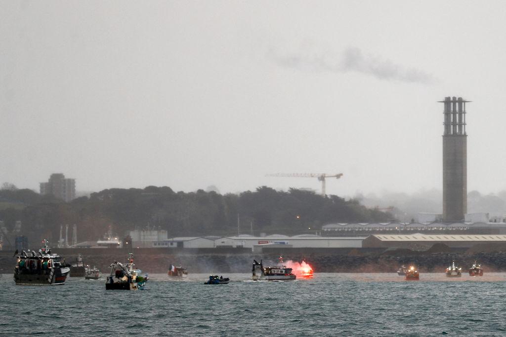 圍堵澤西島的港口期間,法國漁民燃放照明彈。(SAMEER AL-DOUMY/AFP via Getty Images)