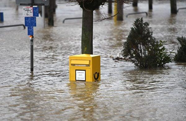 2021年2月3日,德國柯尼希斯溫特(Königswinter),融雪和持續降雨造成萊茵河氾濫,郵箱部份遭水淹沒。(INA FASSBENDER/AFP via Getty Images)