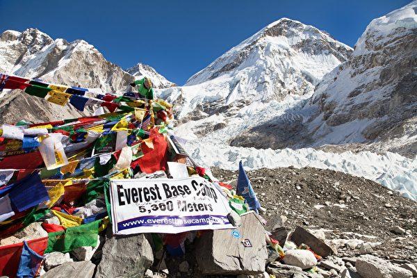 珠穆朗瑪峰基地營(Everest Base Camp)是熱門的旅遊景點,但有不少垃圾。(Shutterstock)