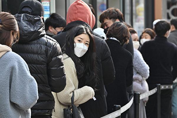 為了遏制中共病毒的傳播,美國國務院2月29日已依據特朗普總統的指示,更新對南韓及意大利等國家部份地區的旅行警告。國為南韓大邱民眾排隊買口罩。(Jung Yeon-je / AFP)