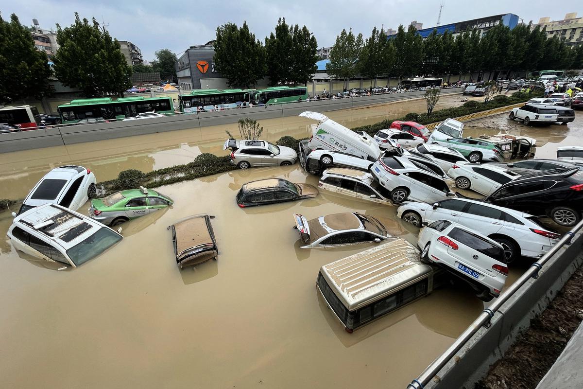 2021 年 7 月 21 日中國河南省鄭州市遭遇暴雨後,汽車停在洪水中。(STR/AFP via Getty Images)