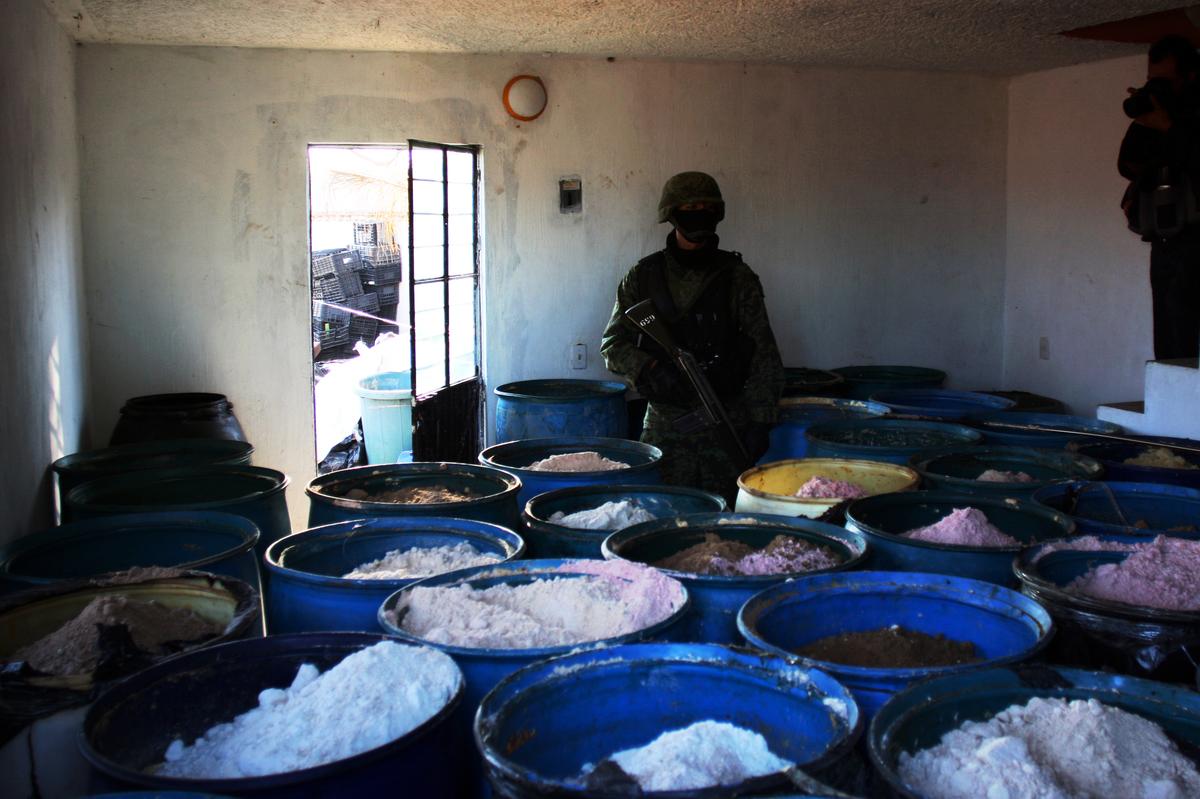 2012年2月墨西哥當局破獲了一間秘密實驗室。中國黑幫向墨西哥販毒集團提供化學藥品,以製造非法藥物。這些非法藥物,常走私到美國街頭出售。(HECTOR GUERRERO/AFP via Getty Images)