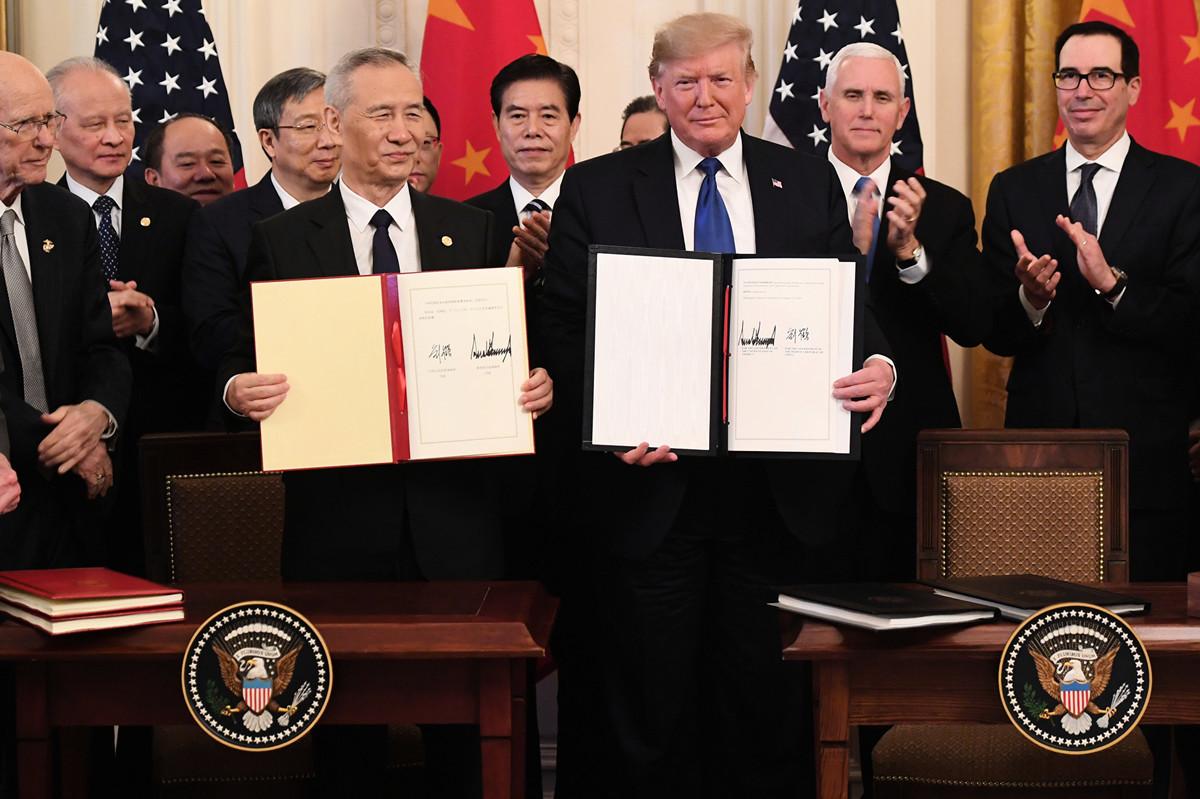 2020年1月15日,美國總統特朗普與中共副總理劉鶴簽署第一階段貿易協議。(SAUL LOEB/AFP)