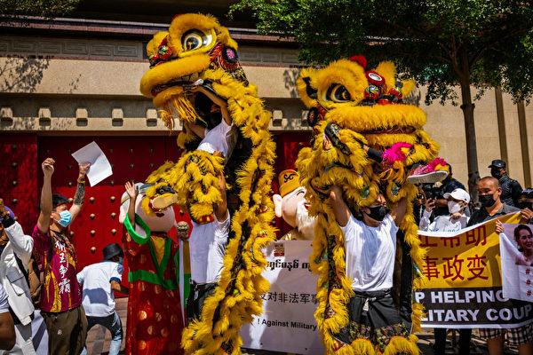 2月12日,抗議者在中共大使館門外舉行了舞獅子,但是這次不是為了慶祝,而是抗議。(Hkun Lat/Getty Images)