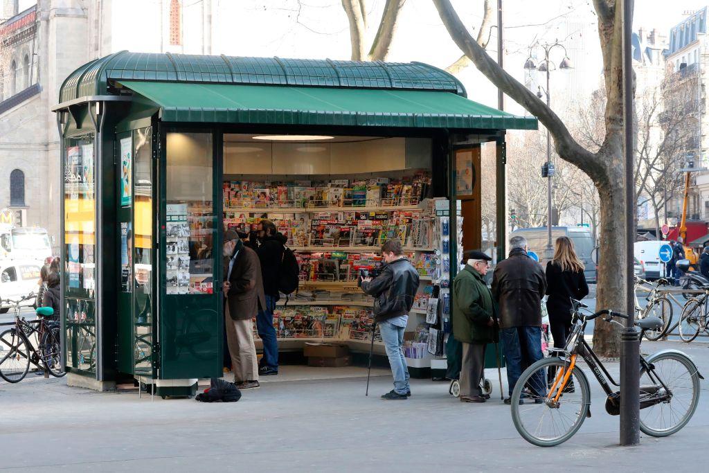 法國媒體近日發表調查報告,首次披露西方媒體已受到中共滲透。圖為巴黎街頭一處報刊亭。(JACQUES DEMARTHON/AFP/Getty Images)