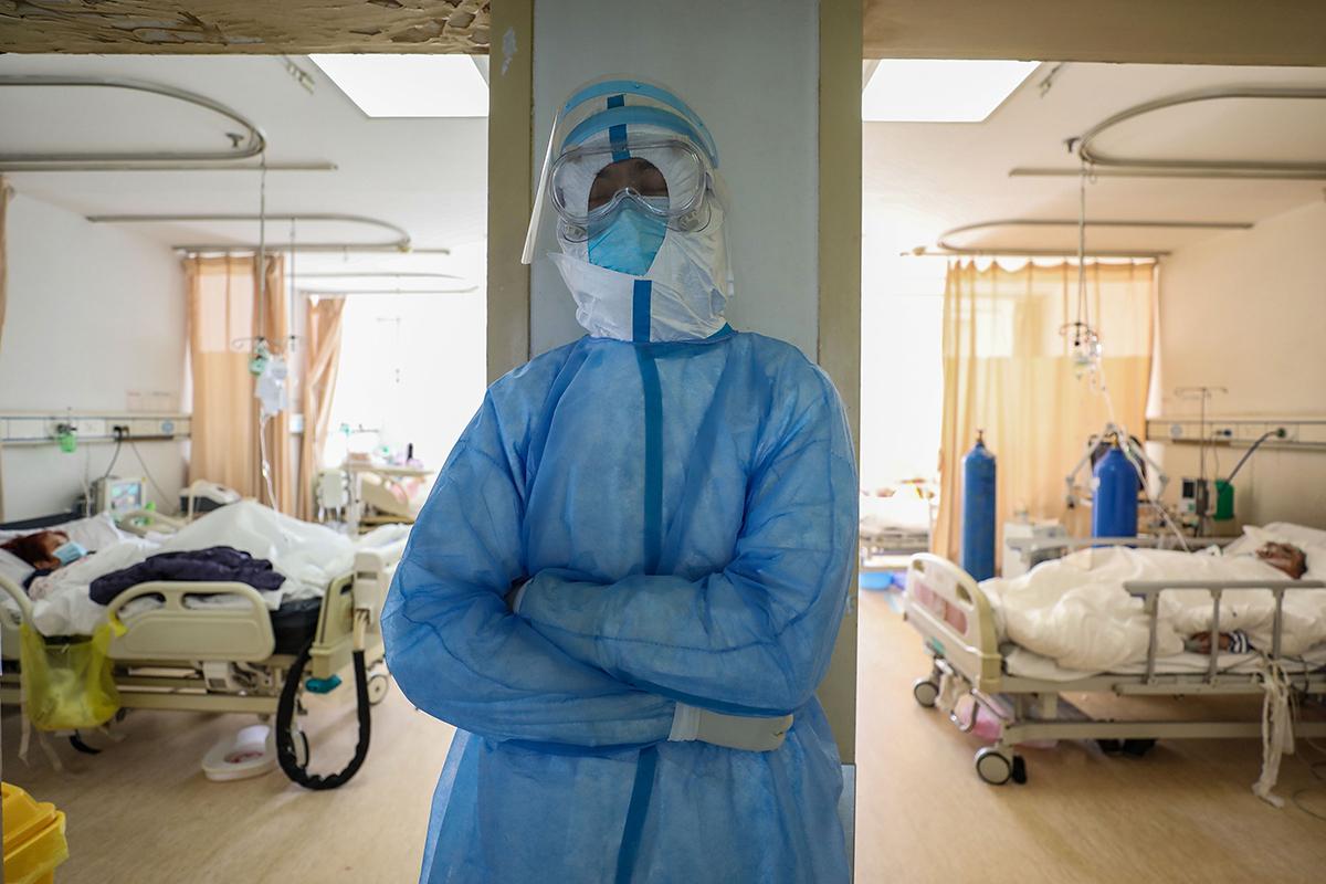 一個人從疑似病例到確診住院,再到治癒出院,需消耗多少醫療資源?(STR/AFP via Getty Images)