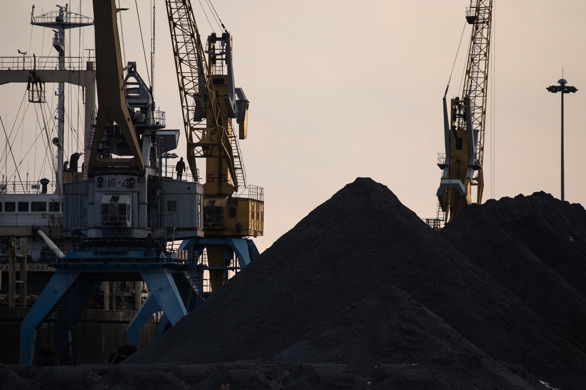 大陸煤炭等大宗商品價格不斷上漲,衝擊製造業。煤炭示意圖。(Photo credit should read ED JONES/AFP via Getty Images)