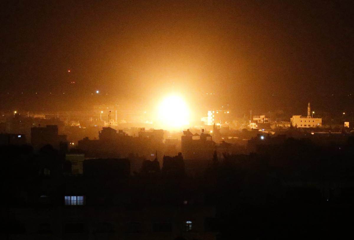 有消息稱,以色列在4月13日空襲敘利亞的導彈工廠,導致北韓導彈專家多人死傷。圖為2019年3月27日,以色列空襲加沙地區。(SAID KHATIB/AFP/Getty Images)