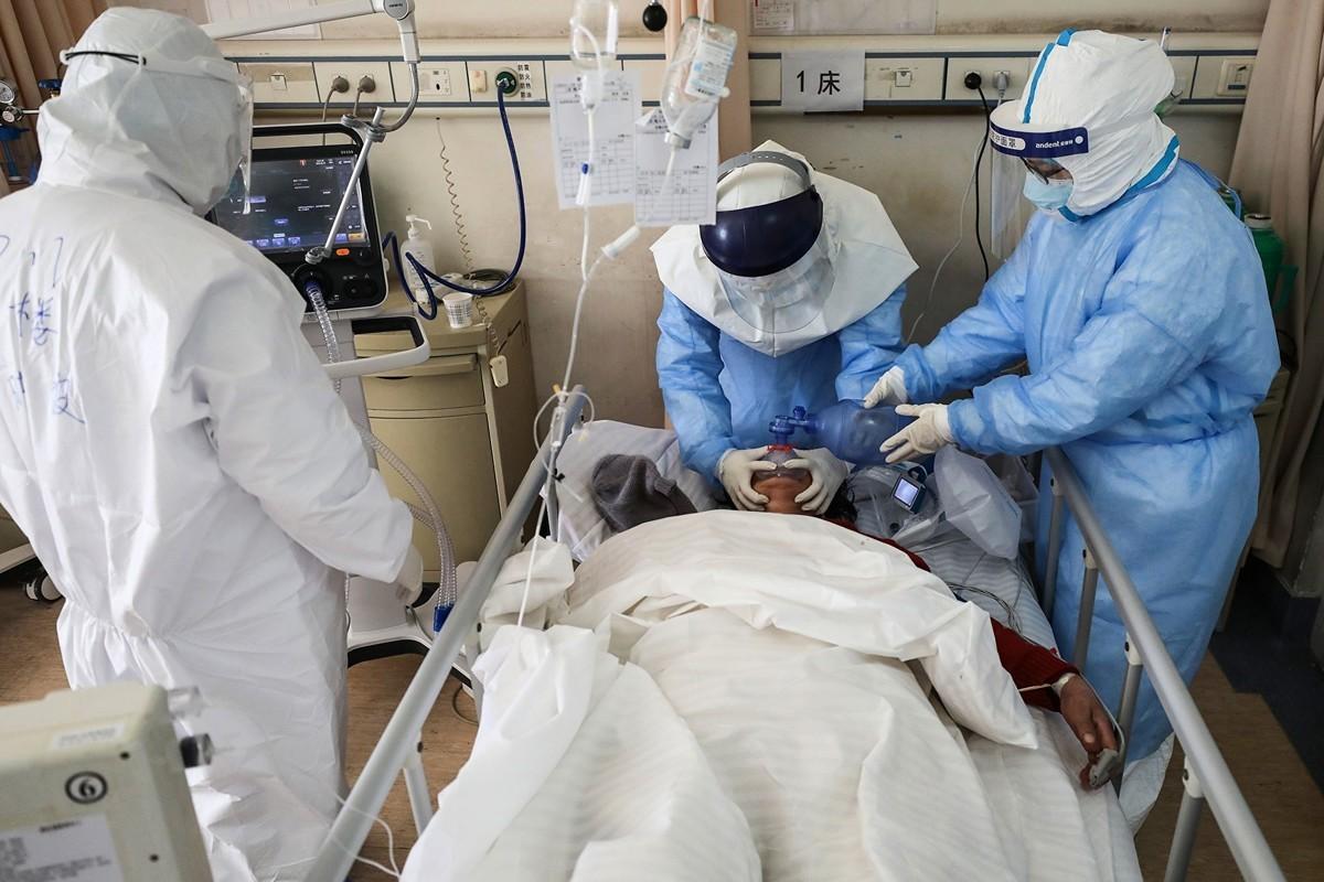 武漢中心醫院護士說:「當逃兵不是我想做的事,但是我也不想當英雄!」(Photo by STR/AFP via Getty Images)