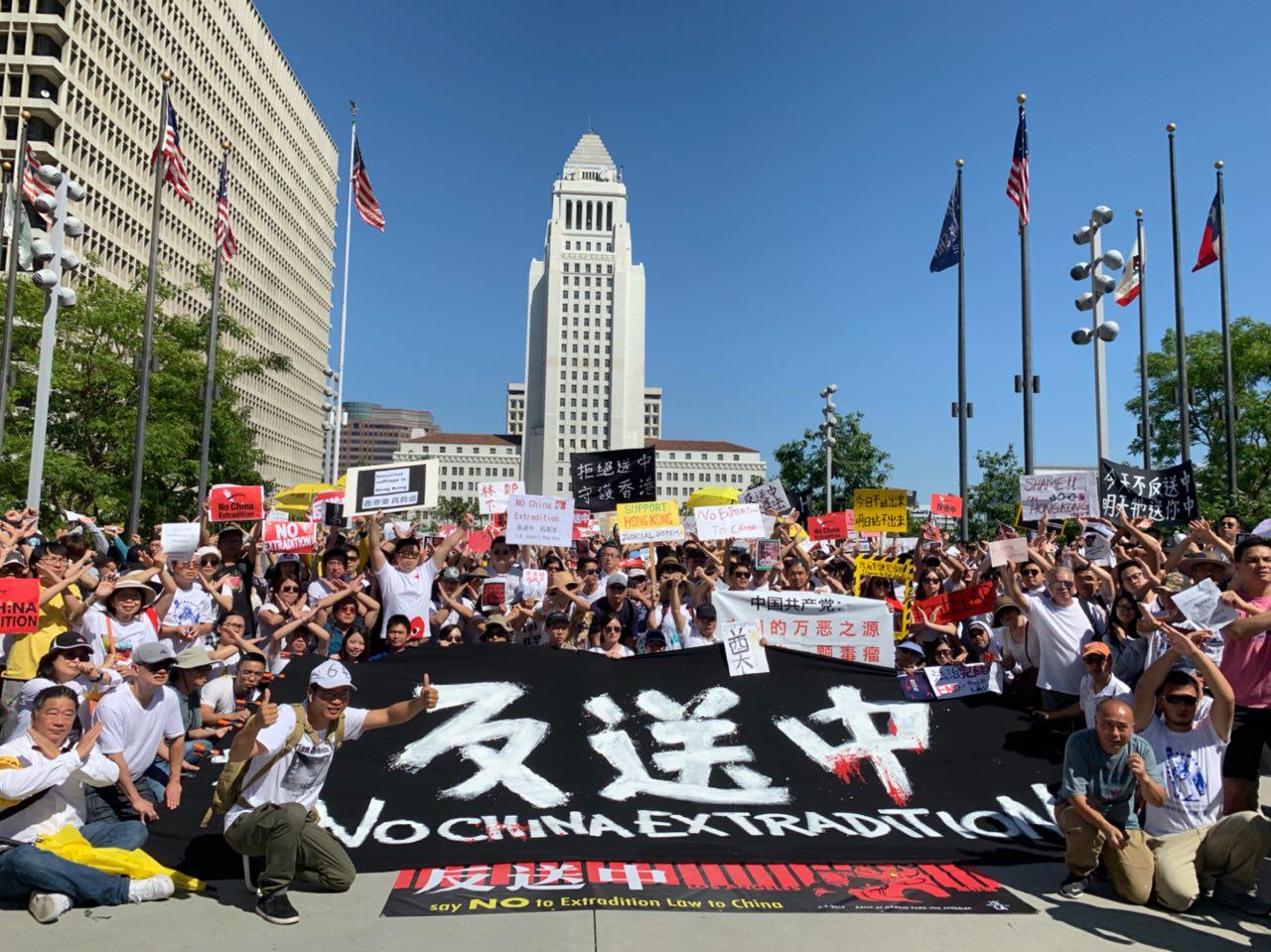 6月9日,數百名洛杉磯華人參加了位於市中心的反對「送中條例」集會,響應百萬香港市民上街抗議遊行,譴責中共破壞香港民主。(姜琳達/大紀元)
