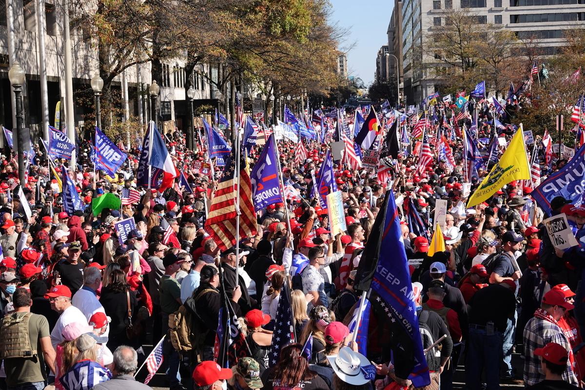 英文大紀元記者Albert Roman上周六(11月14日)在DC聲援特朗普的集會現場採訪,民眾主動熱情地跟他打招呼。(大紀元新聞網YouTube頻道)