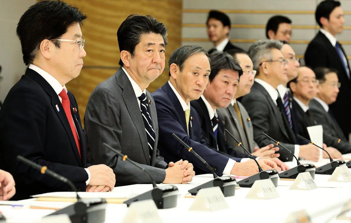 2020年2月14日,日本首相安倍晉三(左二)參加2019冠狀病毒(中共病毒)疾病的防控會議。該國14日新增8宗中共肺炎確診病例。(STR/JIJI PRESS/AFP)