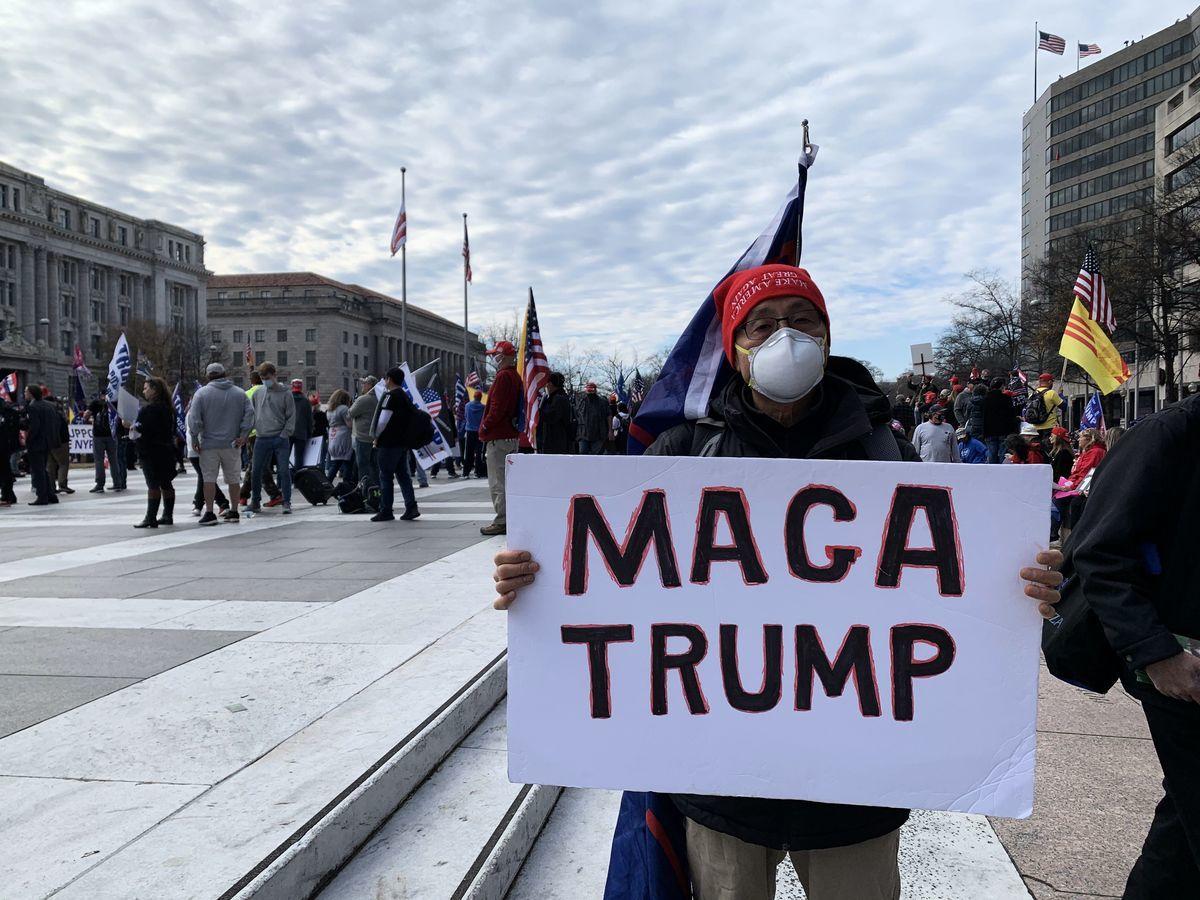 紐約七旬老人Bob劉先生2020年12月12日參加華盛頓的集會遊行活動。(蔡溶/大紀元)