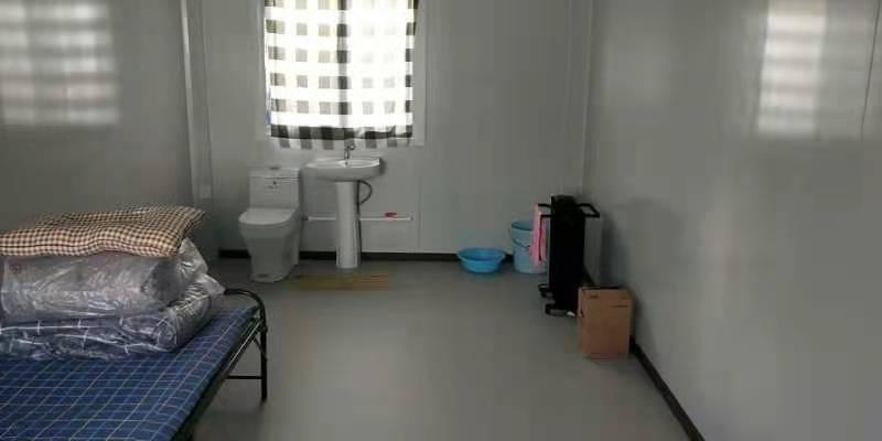 圖為南宮市方艙醫院隔離房間,馬桶和床鋪之間沒有任何隔斷。(受訪者提供)