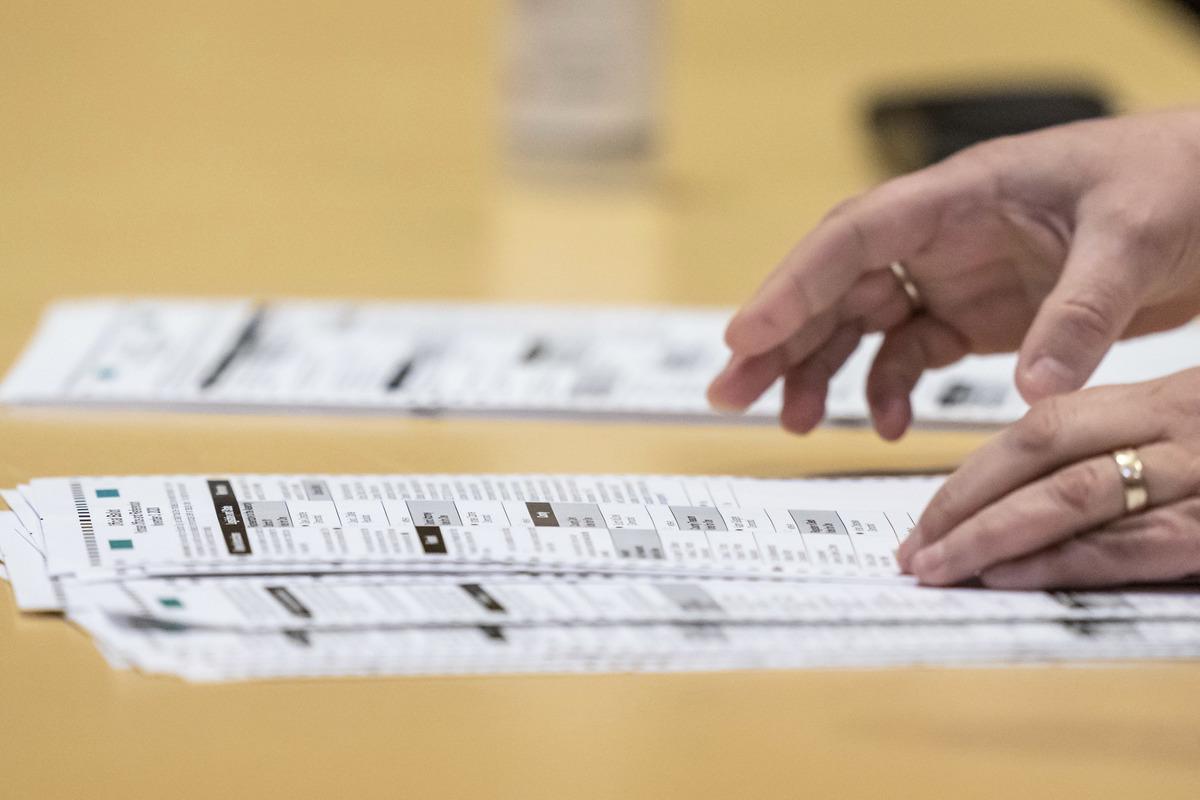 威斯康辛州兩位共和黨眾議員加入一項聯邦訴訟的原告行列,要求法院阻止在2021年1月6日國會聯席會議上計算一些搖擺州的選舉人團票。圖為2020年11月20日,美國威斯康辛州麥迪遜,選舉工作人員正在對戴恩縣重新點票,圖為桌上的選票。(Andy Manis/Getty Images)