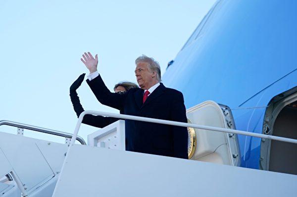 美國總統唐納德·特朗普和第一夫人梅拉尼婭於2021年1月20日在馬里蘭州聯合基地安德魯斯登上空軍一號時揮手致意,前往他在佛羅里達州棕櫚灘的Mar-a-Lago高爾夫俱樂部住所,並將 不參加當選總統拜登的就職典禮。(ALEX EDELMAN/AFP via Getty Images)