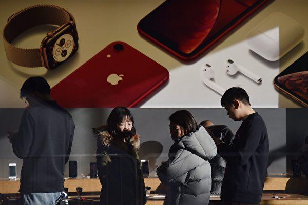 圖為2018年12月11日在北京的一家蘋果店內,中國顧客正在體驗商品。(GREG BAKER/AFP/Getty Images)