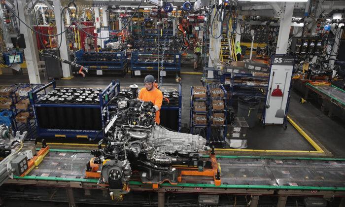 圖為2019年6月24日,一名美國工人在伊利諾伊州芝加哥的裝配廠組裝福特汽車。(Scott Olson/Getty Images)