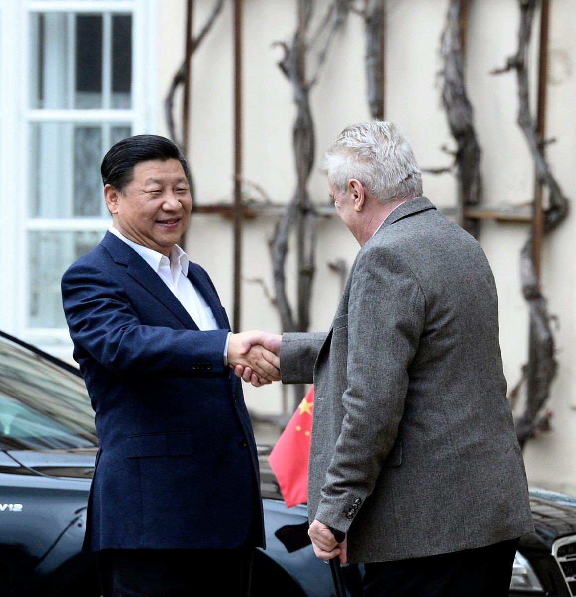 2016年3月28日,習近平出訪捷克時,與捷克總統澤曼會面。(Photo credit should read MICHAL KRUMPHANZL/AFP via Getty Images)