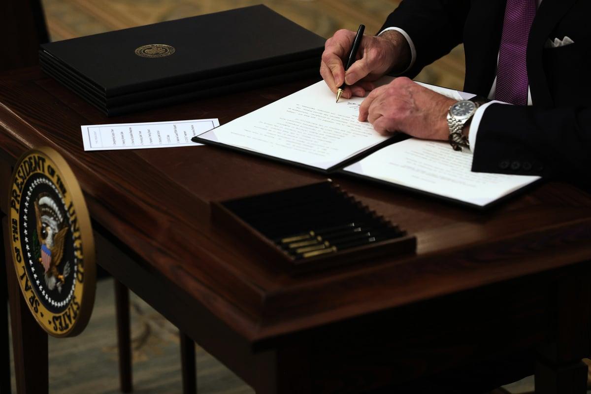 2021年1月21日,澳洲《旁觀者》雜誌刊文稱,拜登政府推行的全球主義議程,將終結特朗普的「美國優先」時代。圖為拜登在白宮籤署行政命令。(Alex Wong/Getty Images)